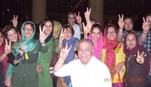 ژیلا بنی یعقوب (روسری سبز) و نسرین ستوده (روسری آبی) در میان شادی افراد خانواده و دوستان با هم از در زندان بیرون آمدند