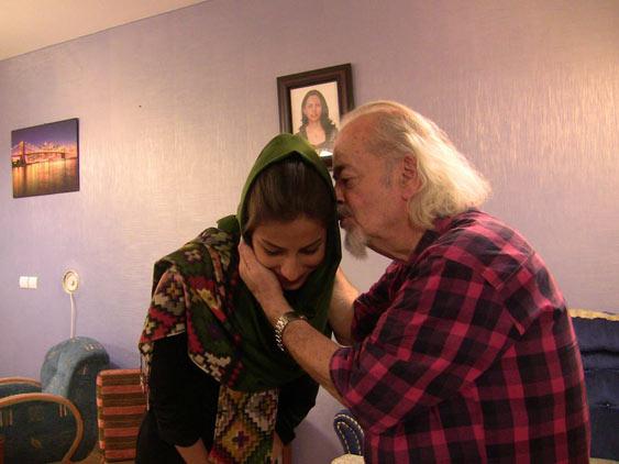 دکتر ملکی بوسه بر پیشانی ترانه طائفی می زند