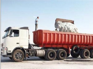 روزانه 6 هزار تن نمک از دریاچه در حال مرگ اورمیه برداشت می کنند. به این کار می گویند: عملیات نمکین!