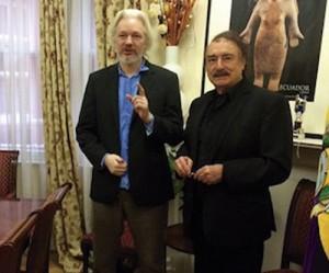 دیدار اینیاتسیو رامونه با ژولیان آسانژ در سفارت اکوادور در لندن