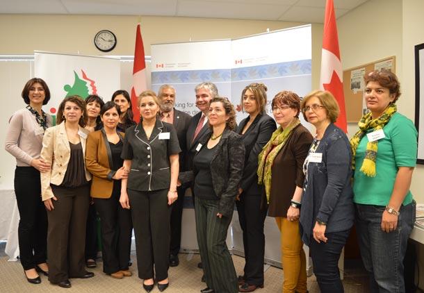 اعضای هیئت مدیره و کارکنان سازمان زنان ایرانی انتاریو به همراه مقامات دولت کانادا