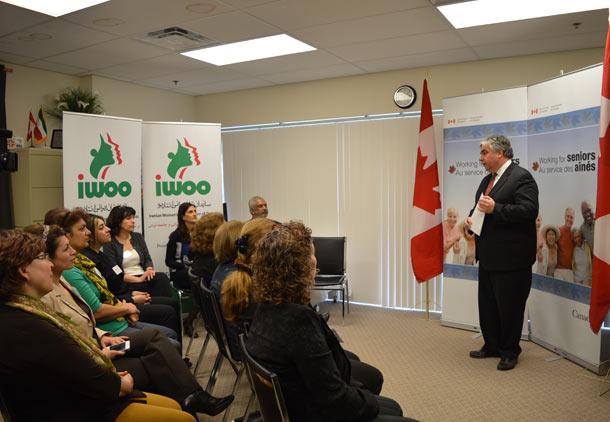 پیتر ون لون سخنگوی دولت کانادا در مجلس در دفتر سازمان زنان ایرانی انتاریو