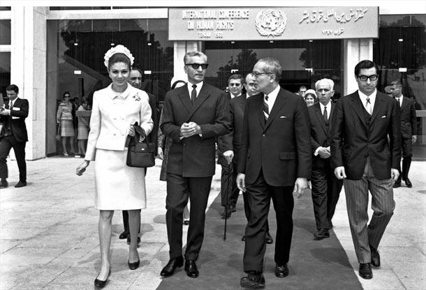 محمدرضاشاه پهلوی؛ شهبانو فرح؛ او تانت، دبیرکل سازمان ملل متحد؛ و گیورگیو پگنانلی، دبیر حقوق بشر بخش امور اقتصادی و اجتماعی سازمان ملل؛ در روز گشایش نخستین کنفرانس حقوق بشر در تهران، 22 آوریل 1968، ساختمان جدید مجلس شورای ملی. عکس شمارۀ 361533، آرشیو سازمان ملل
