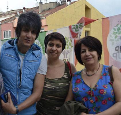 مینو همیلی (راست) در کنار دو پناهجوی ایرانی در ترکیه شادیار و پارسا