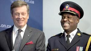 جان توری شهردار تورنتو در کنار مارک ساندرز رئیس پلیس جدید تورنتو