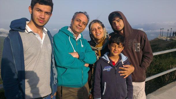 احمد زیدآبادی در کنار خانواده اش