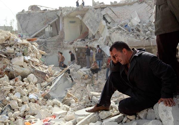 مرد سوری بر ویرانه های شهرش گریه می کند