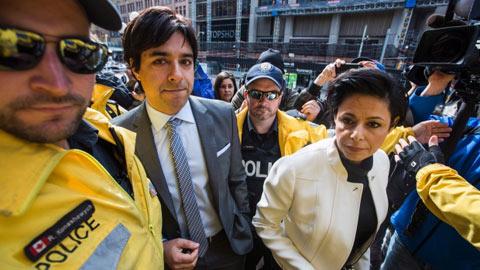 ژیان قمشی در کنار وکیلش ماری هنین وارد دادگاه شهرداری می شود