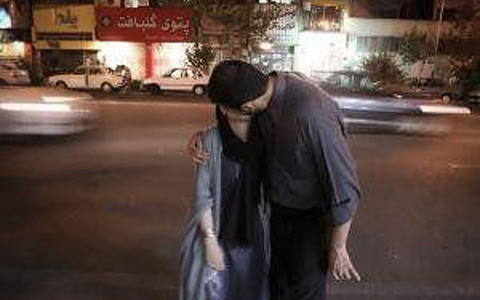 iran--kiss-in-street