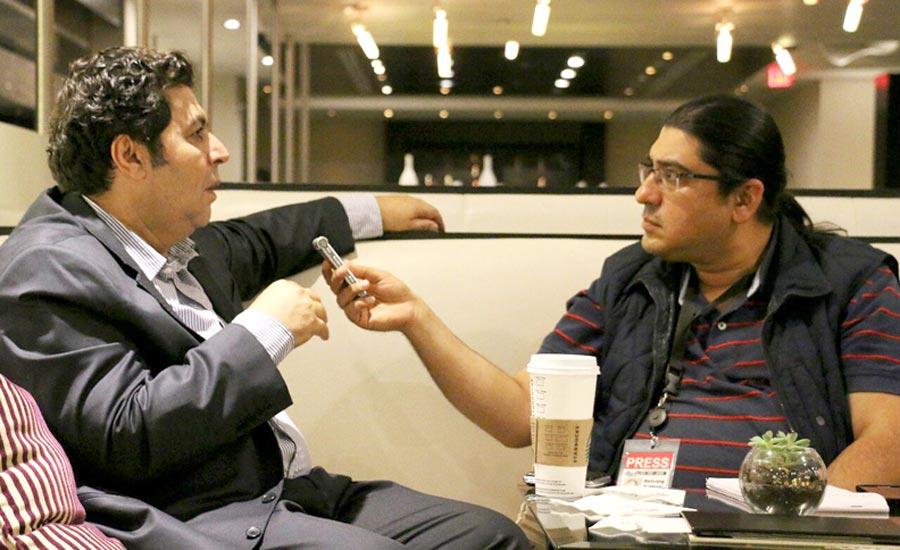 بهرنگ رهبری (راست) در گفت وگو با فرهاد اصلانی