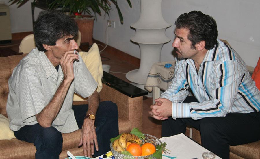 عارف محمدی (راست) در گفت وگو با ناصر تقوایی